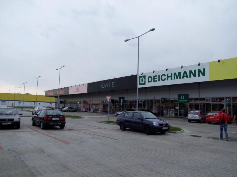 a76511dc5 Aj v Leviciach je nákupné centrum v blízkosti Tesca a v priamom susedstve s  Hypernovou.